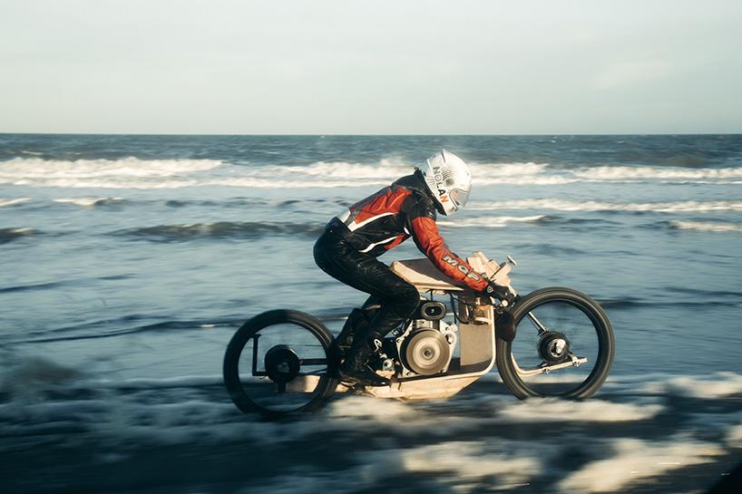 Une moto en bois qui carbure à l'algue par Peter Mooij et Mans Ritsert