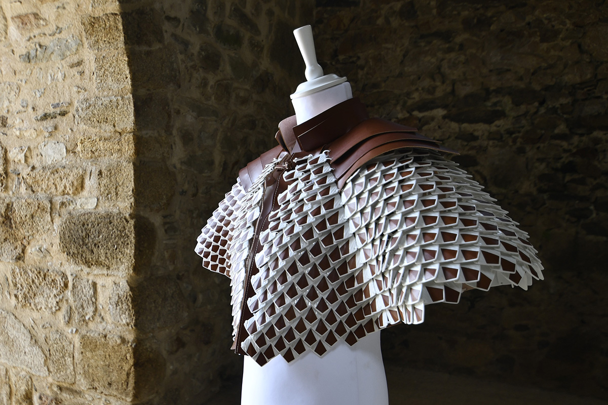 La cape de Saint Junien en cuir de dragon par Laëtitia Fortin